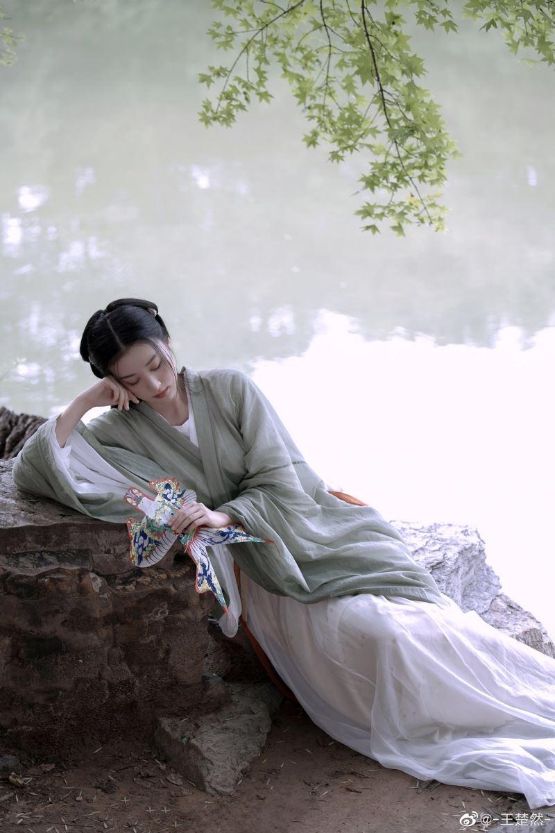 Nhan sắc của cô nàng trước nay vẫn được đánh giá cao. Đến khi xuất hiện với tạo hình thôn nữ mới nhất, visual của Vương Sở Nhiên lại một lần nữa thành tâm điểm.