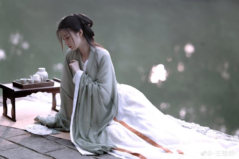 Netizen còn đùa rằng sau loạt ảnh này, Vương Sở Nhiên hẳn nhận được kịch bản phim cổ trang 'mỏi tay'.