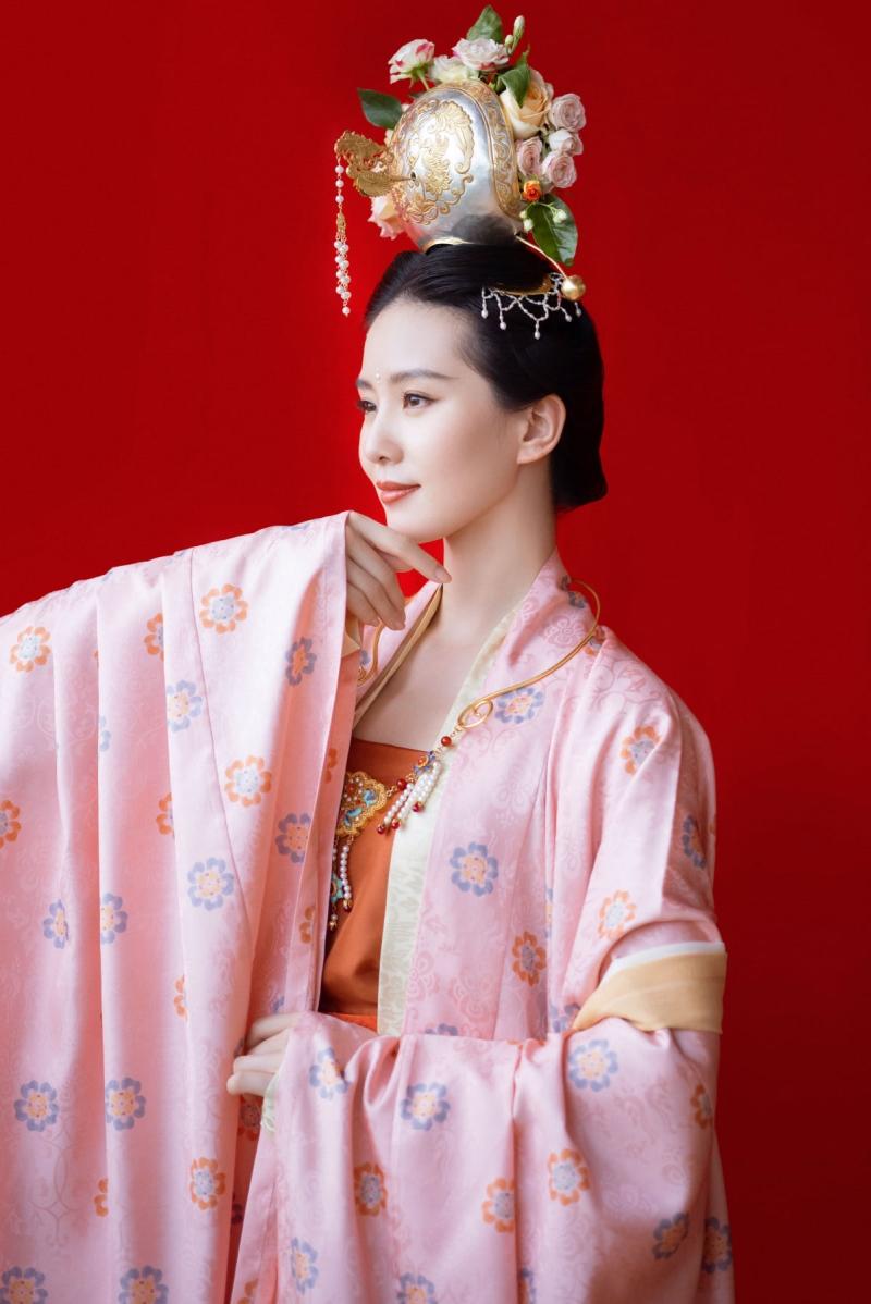Lưu Thi Thi đẹp thì không phải bàn, nhưng tiếc rằng trang phục, kiểu tóc 'ba chấm' khiến cô nàng khó lòng 'tranh spotlight' với hội chị em.
