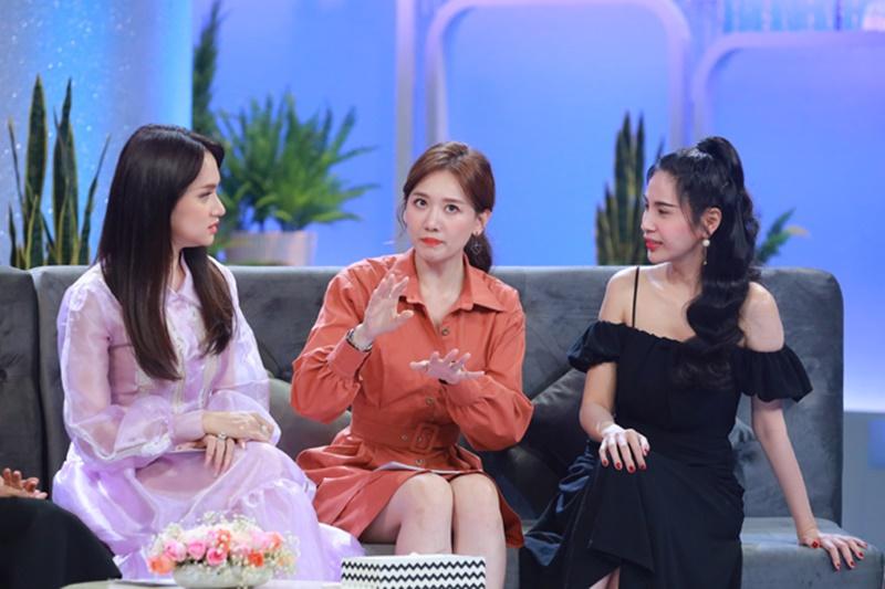 Hari Won và Thủy Tiên thân thiết hơn khi tham gia một chương trình truyền hình.