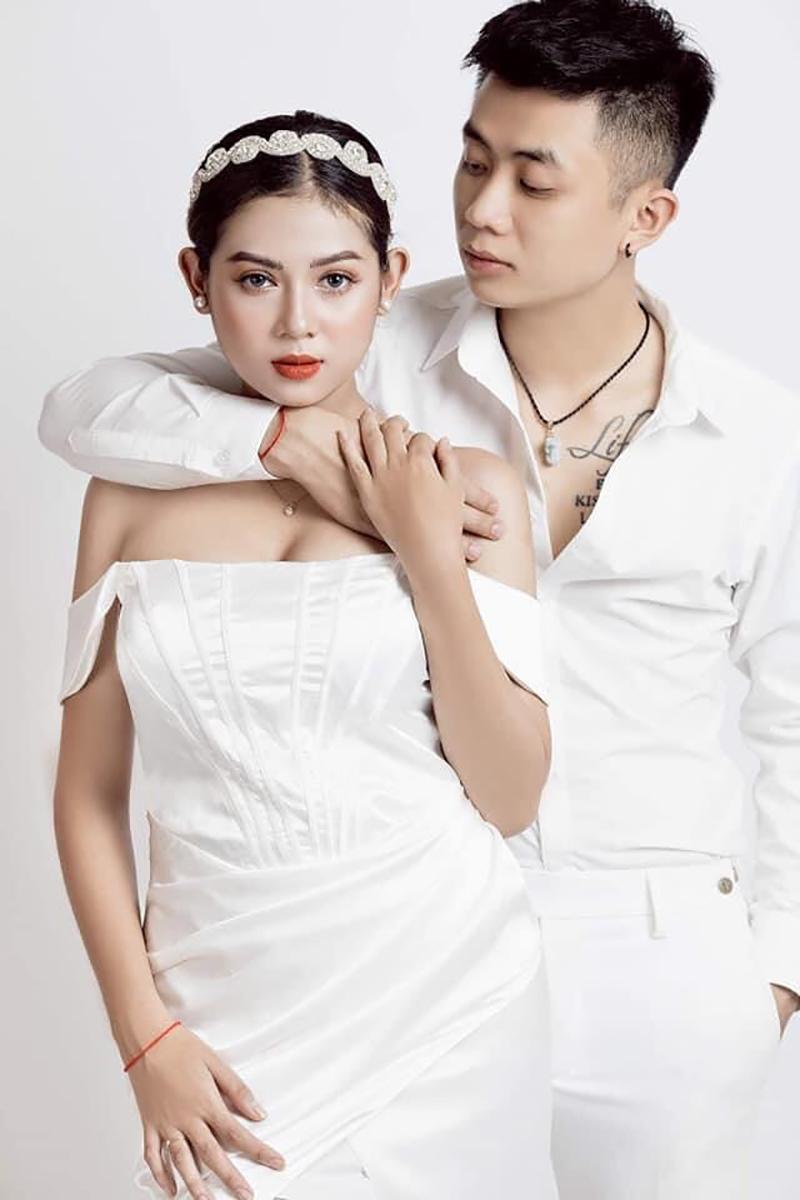 Thu Hà là người mẫu ảnh còn Quốc Trung là thợ chụp ảnh, rất nhiều hình ảnh của Thu Hà do Trung chụp. Nhiều người nhận xét cặp đôi có tướng phu thê và may mắn gặp được nhau.