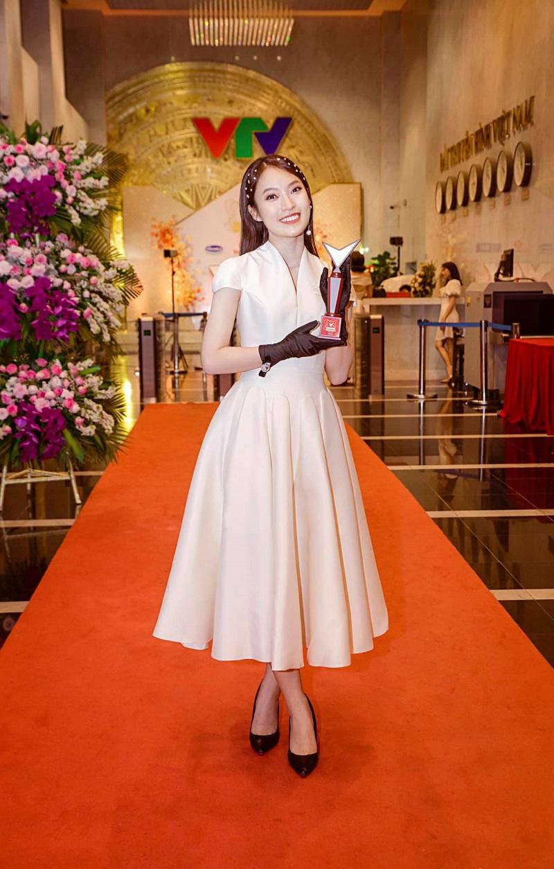 Cô nàng xuất sắc lọt Top 5 hạng mục Người dẫn chương trình ấn tượng tại VTV Awards 2020.