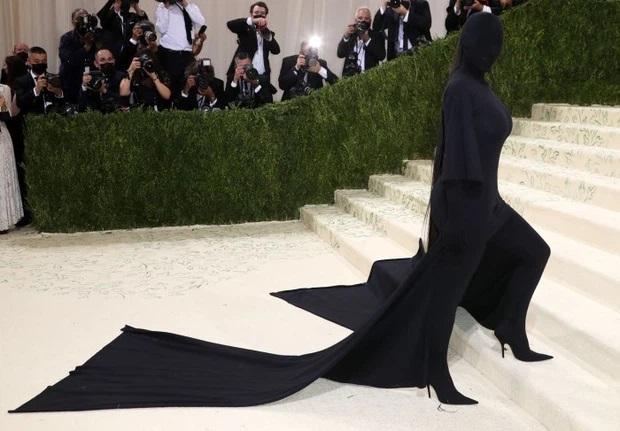 Kim Kardashian xuất hiện tại MET Gala 2021 với trang phục kín bưng.