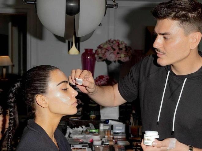 Ngoài mái tóc,cô Kim còn chăm chút kỹ lưỡng cho gương mặt khi dành hẳn 3 tiếng để make-up.