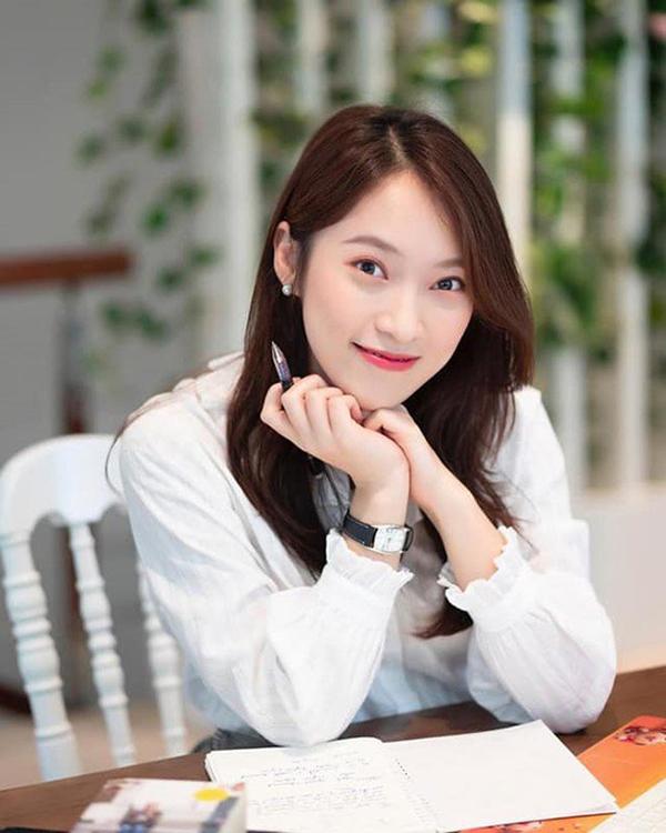 Khánh Vy 22 tuổi là MC nổi tiếng, mua nhà và ô tô tặng bố mẹ, dân mạng lầy lội 'show' tuổi 22 của mình 0