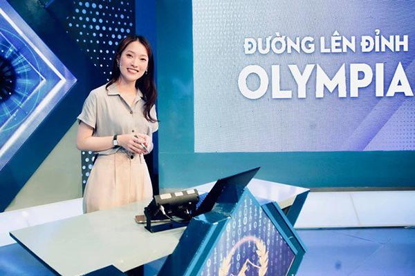 Khánh Vy đảm nhận vai trò MC của Đường lên đỉnh Olympia năm thứ 22.