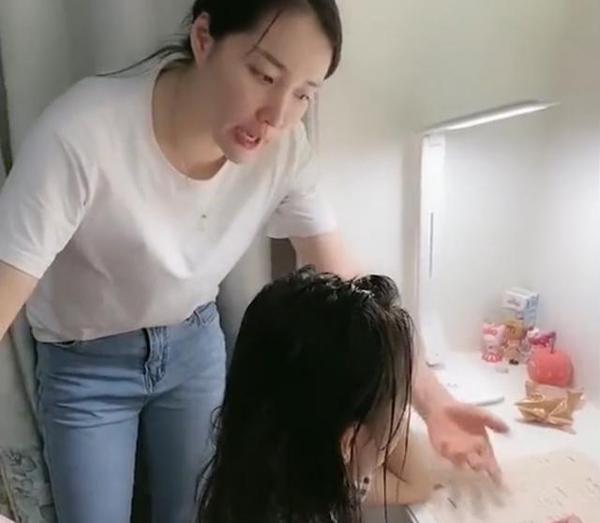 Clip: Mẹ tức điên khi phụ đạo con gái làm bài tập, bố cũng bị va lây, nhưng con thì mỉm cười thíchthú 1