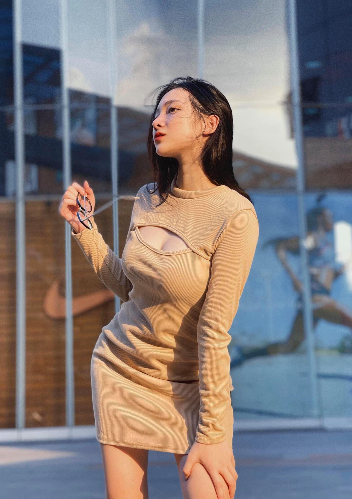 Nữ streamer thường chụp ảnh với gương mặt lạnh lùng.