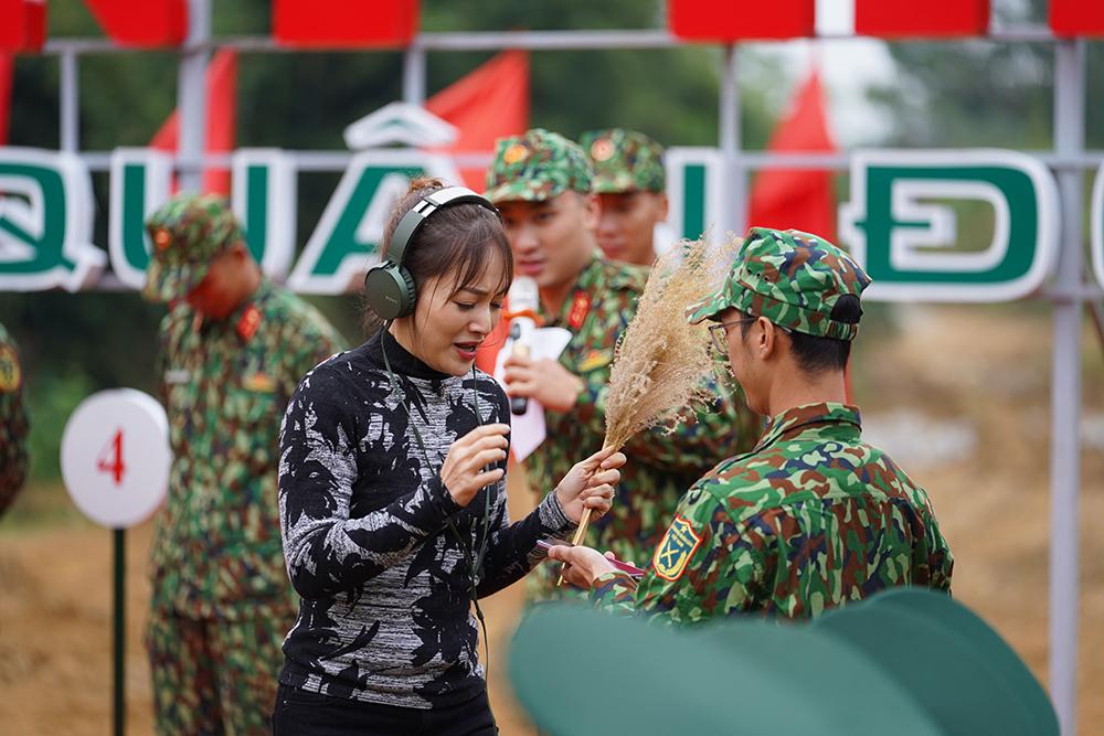 Kỳ tài Quân đội tập 3: Lan Phương ngồi hát trên xe tăng, Diễm Hương nhận thử thách khó nhằn 9