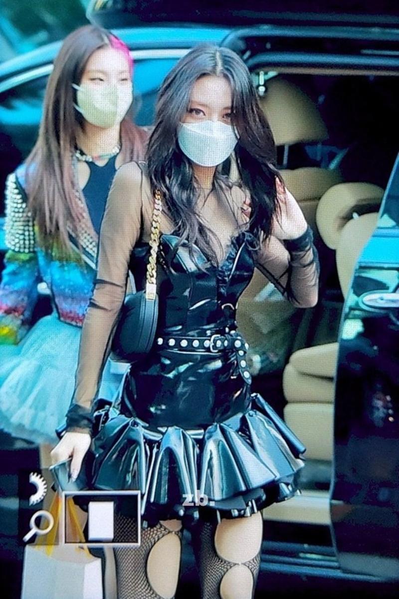 Có vẻ Yuna cũng không thoải mái với outfit của mình.