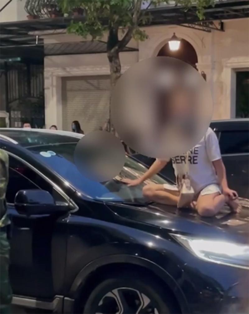 Người vợ trèo lên nắp capo đánh ghen ở Hà Nội