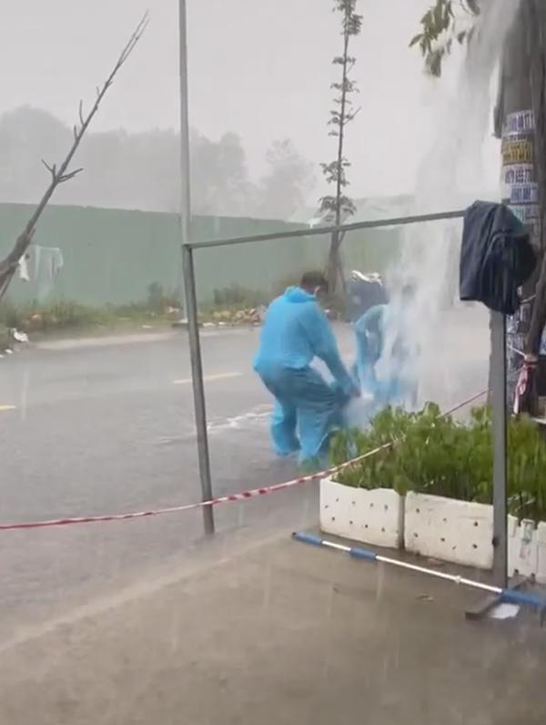 Clip: Gặp cơn mưa xối xả, nhóm tình nguyện viên chống dịch bày luôn trò chơi 'tuổi thơ dữ dội' 1