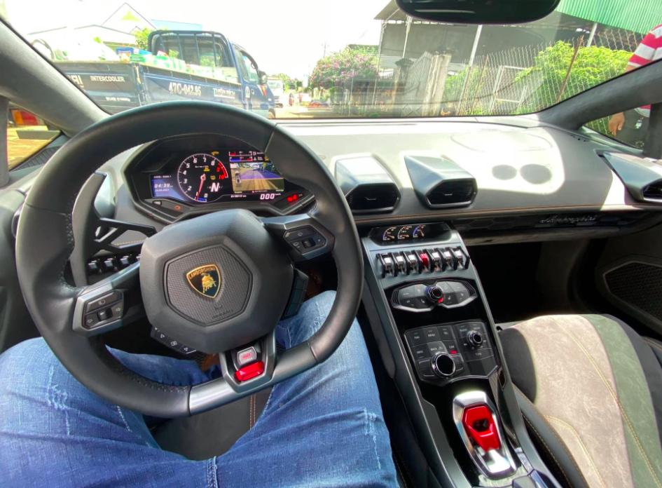 Bên trong siêu xe 13 tỷ - Ảnh: Autopro