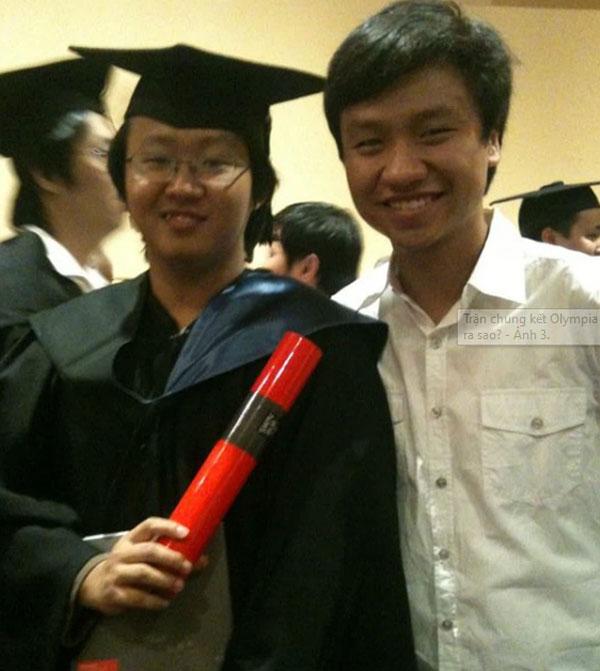 Đỗ Lâm Hoàng bên trái ảnh.