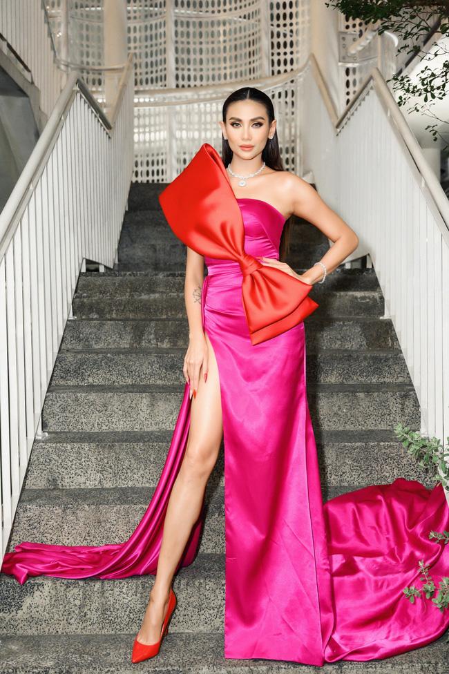 Võ Hoàng Yến nổi bật với chiếc váy hồng xẻ cao đùi vô cùng gợi cảm.