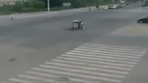 Tai nạn hi hữu: Xe ben tự động 'ăn miếng trả miếng' sau pha va chạm giữa ngã tư