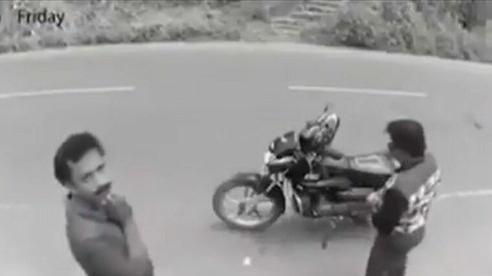 Kẻ móc túi 'chắp tay' xin tha trước camera khi phát hiện bị ghi hình
