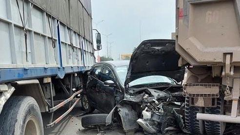 Xế hộp bị xe ben 'vò nát', đôi nam nữ may mắn thoát nạn