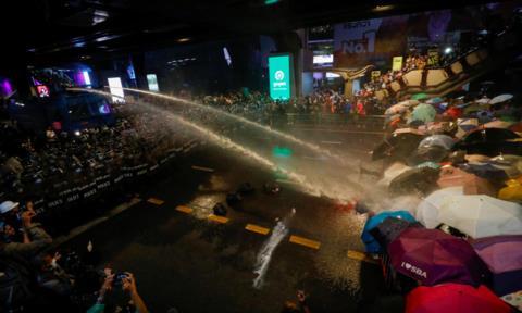 Đụng độ dữ dội giữa cảnh sát và hàng ngàn người biểu tình Thái Lan