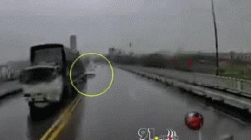 Clip: Khoảnh khắc xe 4 chỗ mất lái, đâm trực diện xe container giữa trời mưa lớn
