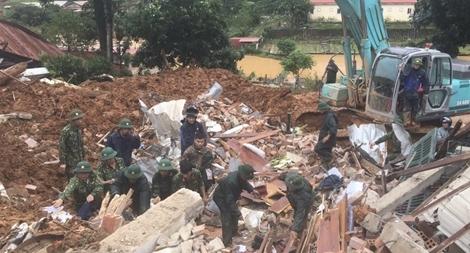 Trắng đêm cứu nạn bộ đội, người dân bị lở núi, ngập lụt