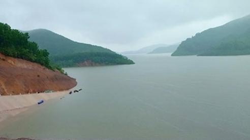 Hà Tĩnh: Mưa lớn đổ về, hồ Ngàn Trươi tiến hành xả lũ