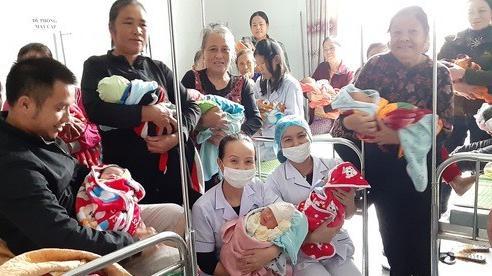 Bác sĩ nổ máy phát điện, đón 18 em bé chào đời trong tâm lũ