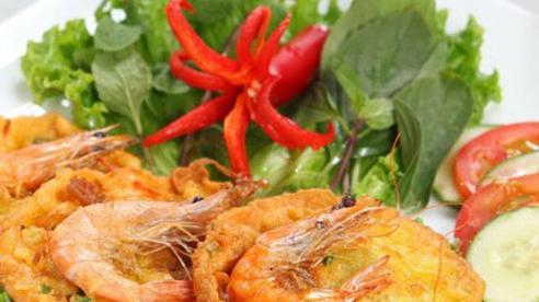 Bánh tôm Hồ Tây thơm ngon giòn rụm, ăn một lần không thể nào quên