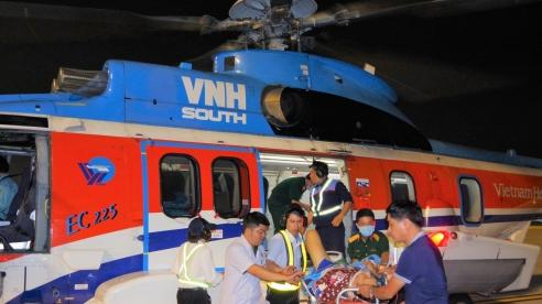 Trực thăng đưa 2 bệnh nhân từ đảo Sinh Tồn về đất liền cấp cứu
