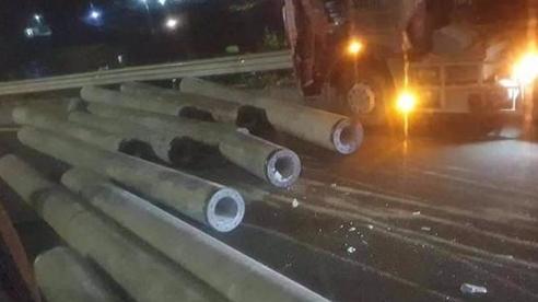 Hàng chục cột điện bê tông bị tuột rơi xuống cao tốc Pháp Vân - Cầu Giẽ, nhiều người may mắn thoát chết