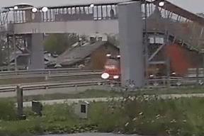 Quên hạ thùng, tài xế xe tải gây nên khoảnh khắc kinh hoàng khi kéo sập cầu vượt người đi bộ