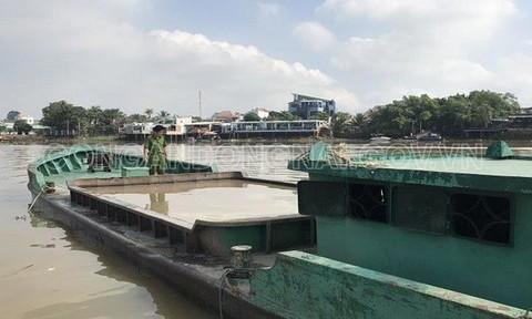 Trục vớt 7 ghe bị 'cát tặc' đánh chìm trong đêm trên sông Đồng Nai
