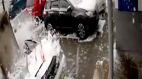 Clip: Đang đứng lau xe thì bị khối bê tông nặng 2 tấn rơi trúng, người đàn ông thoát chết trong gang tấc