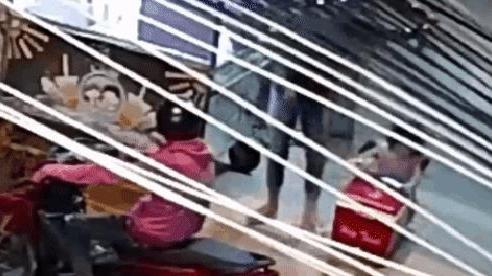 Bé gái bất ngờ òa khóc khiến cả gia đình nhốn nháo, camera 'bóc' cảnh 2 thanh niên làm điều xấu xí