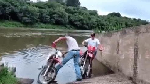 Rón rén dắt xe tránh nước vì sợ bẩn giày, người đàn ông nhận về cái kết đắng