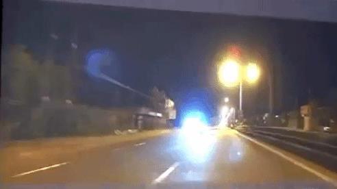 CLIP: Thanh niên chạy xe máy tốc độ kinh hoàng, tông vào xe container tử vong