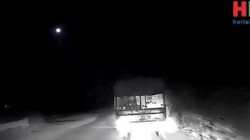 CLIP: Xe tải đi trước đột ngột bẻ lái, xe tải phía sau lĩnh ngay cú đâm 'kinh hồn bạt vía'