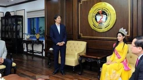 'Bão mạng' vì ảnh Hoa hậu Đỗ Thị Hà về trường ngồi ngang hàng thầy Hiệu trưởng