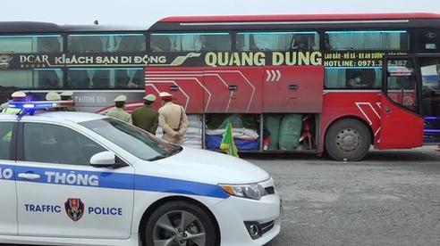 Thừa Thiên Huế: Bắt giữ xe khách chở lô hàng hóa lớn không rõ nguồn gốc