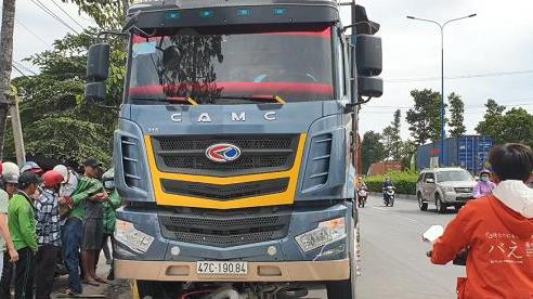 Bình Dương: Xe tải cuốn xe máy vào gầm, 1 người tử vong