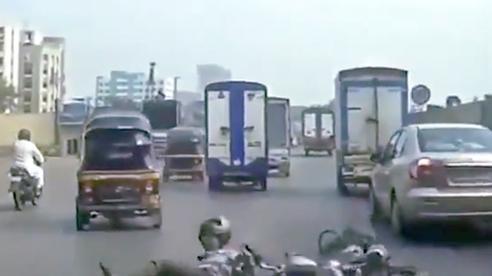 Lái xe ba bánh trả thù nguy hiểm trên phố sau va chạm với xe máy