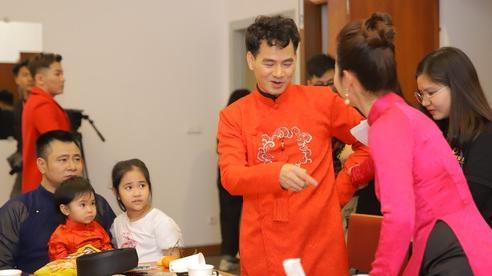Ảnh độc: NSND Tự Long đi làm vẫn ôm ấp, cưng nựng 2 con gái
