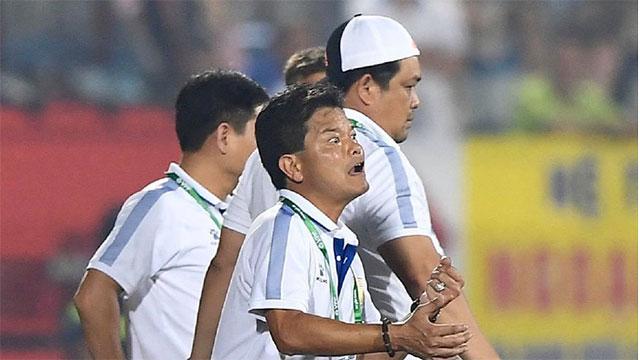 CĐV Nam Định chửi bới, ném vật thể lạ xuống sân khiến tuyển thủ U23 giật nảy mình