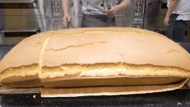 Cận cảnh công đoạn cắt bánh bông lan phô mai khổng lồ ở cửa hàng, từng miếng bánh núng nính được tách ra cực đã mắt