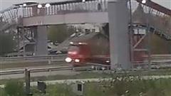 Khi xe tải thùng to 'đối đầu' cầu vượt cho người đi bộ
