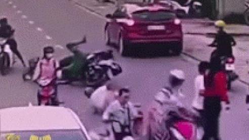 Đang đi thì đụng xe giữa đường, người đàn ông bật dậy liền gặp sự cố 'đỏ mặt'