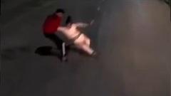 Người đàn ông kéo kịp cô gái lao đầu vào container tự tử