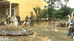 Ấm áp tình quân dân sau mưa lũ