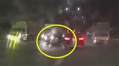 Thông chốt thất bại: Hai thanh niên đâm vào ô tô, lộn vòng ngã chỏng vó và bị… tóm