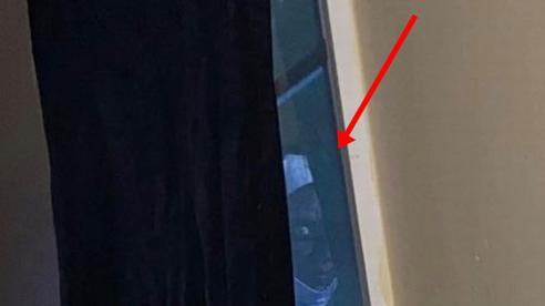 Nằm xem phim thư giãn trên giường, người phụ nữ suýt 'trần như nhộng' chạy ra ngoài sau khi nhìn thấy một gương mặt kỳ dị ngay cửa sổ